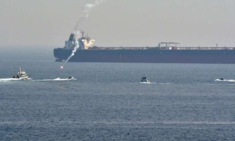 Incidente en el Peñón entre un submarino de la Royal Navy y una patrullera de la Guardia Civil