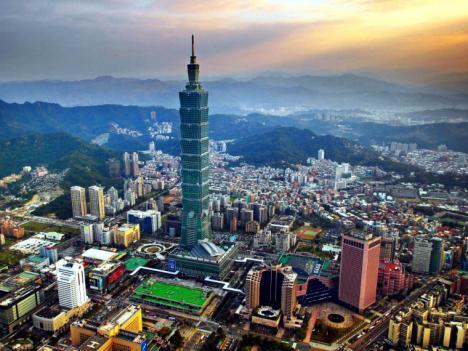 El rascacielos Taipéi 101 da la bienvenida al 2021 con fuegos artificiales y un homenaje a los sanitarios