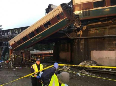 Un tren Talgo descarrila en Estados Unidos y cae sobre una autopista