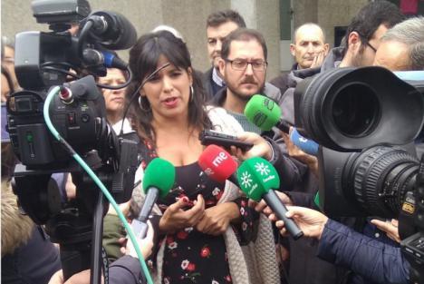 Susana Díaz suspende un acto para no enfrentarse a los taxistas de Sevilla mientrasTeresa Rodríguez improvisa un mitin en la calle tras desbordarse de gente el teatro en Almería