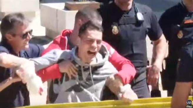 Crece la tensión en la puerta de los juzgados de Aranjuez. 'Les vamos a sacar los ojos a tu hijo y a tu padre'