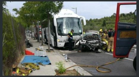 Cinco muertos en una colisión frontal entre un todoterreno y un autobus.