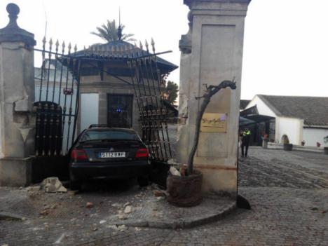 Un conductor borracho se estampa contra una bodega tras una persecución policial