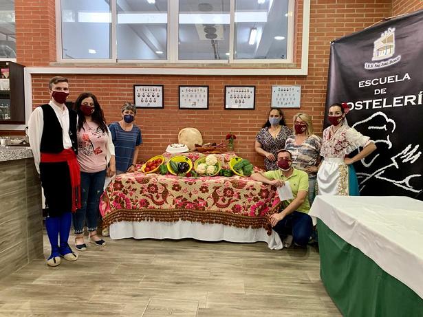 """El Grupo Coros y Danzas """"Virgen de las Huertas"""" y la Escuela de Hostelería y Turismo del IES """"San Juan Bosco"""" se unen para promocionar la gastronomía lorquina"""
