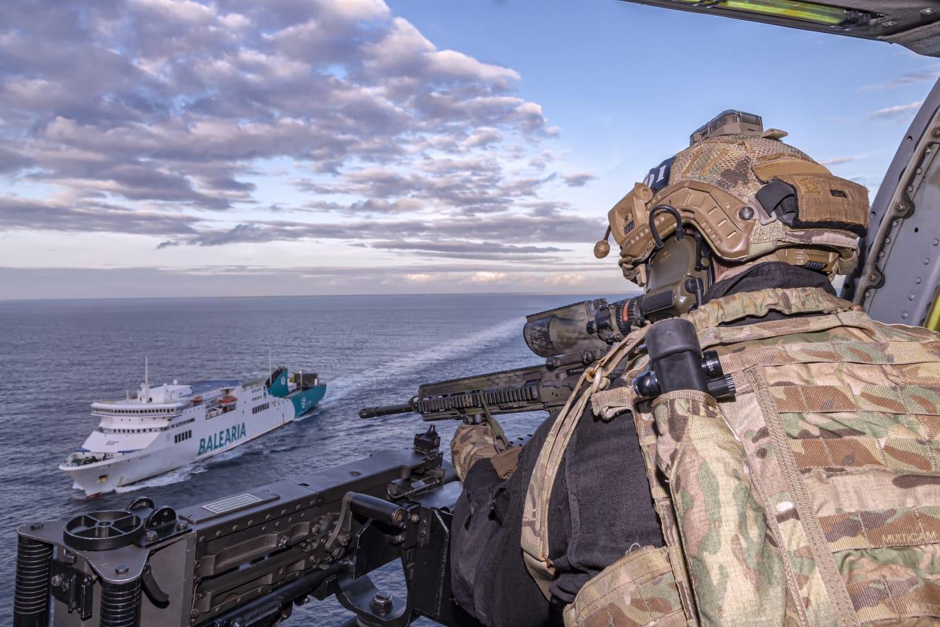 La Fuerza de Guerra Naval Especial realiza un ejercicio de asalto y rescate de rehenes con la colaboración de un buque de la naviera Balearia