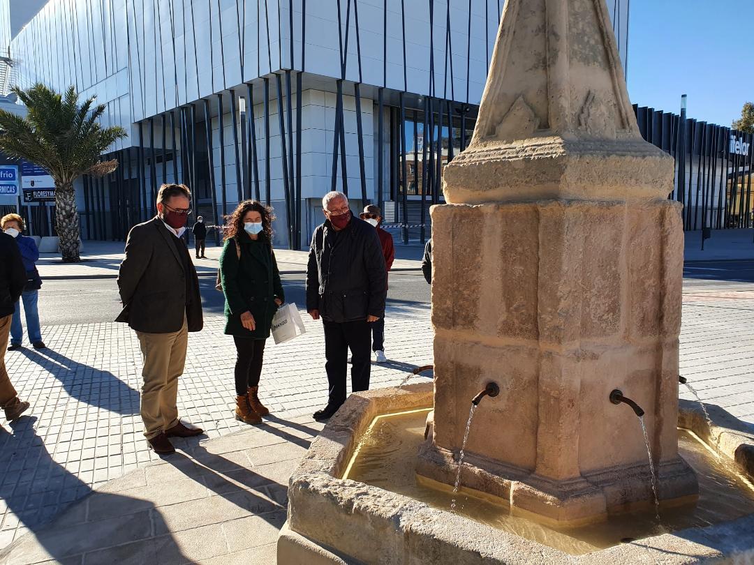 El Alcalde de Lorca visita la recién restaurada Fuente del Caño instalada frente a su posición original, cumpliendo así con la petición de recuperación de los vecinos y vecinas de la zona