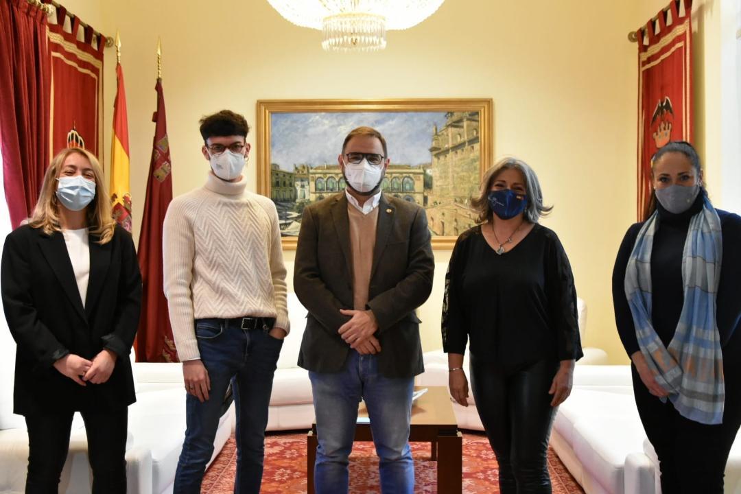 El alcalde de Lorca felicita a los escritores lorquinos Inmaculada Pelegrín y Juan de Beatriz por los recientes premios recibidos
