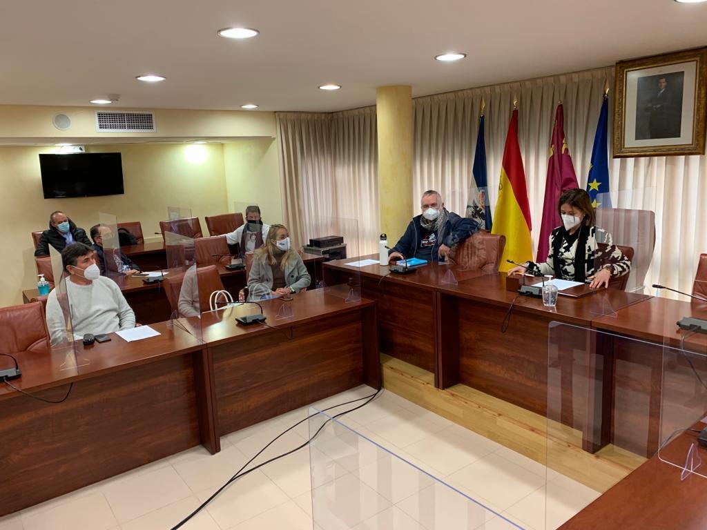 La Alcaldesa y el Concejal de Comercio se reúnen con la directiva de Hosteáguilas