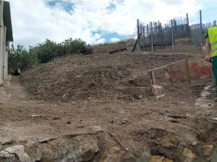 El Ayuntamiento de Lorca lleva a cabo la limpieza del Cabezo del Tesoro situado en el barrio de San Cristóbal para el desbroce y la retirada de basura