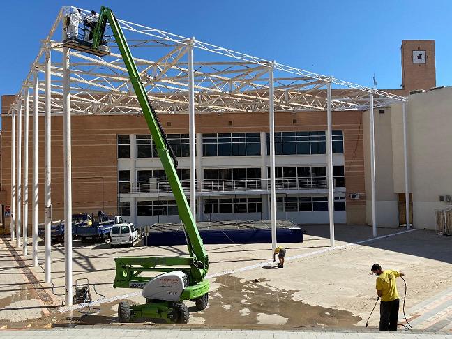 El Ayuntamiento de Puerto Lumbreras lleva a cabo labores de acondicionamiento en el patio del Centro Cívico, que albergará los conciertos de las Fiestas Patronales
