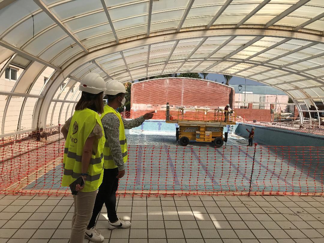La retirada de la cubierta de la piscina del Polideportivo de Águilas avanza a buen ritmo