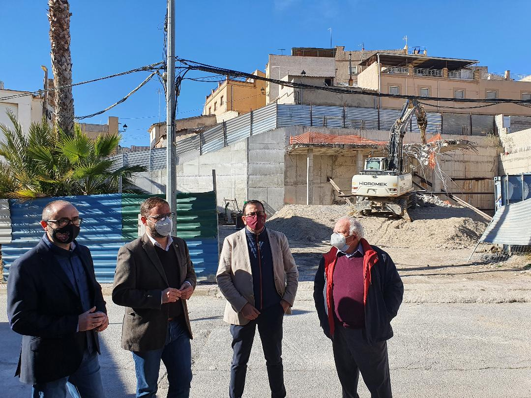 Diego José Mateos supervisa los trabajos de estabilización del muro y talud de la Calle Portijico para los que se ha invertido 94.585,70 euros