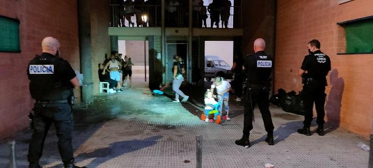 La Policía Local de Lorca desaloja una fiesta ilegal en el bajo de un edificio en el que se encontraban bebiendo 40 personas causando molestias a los vecinos de la zona