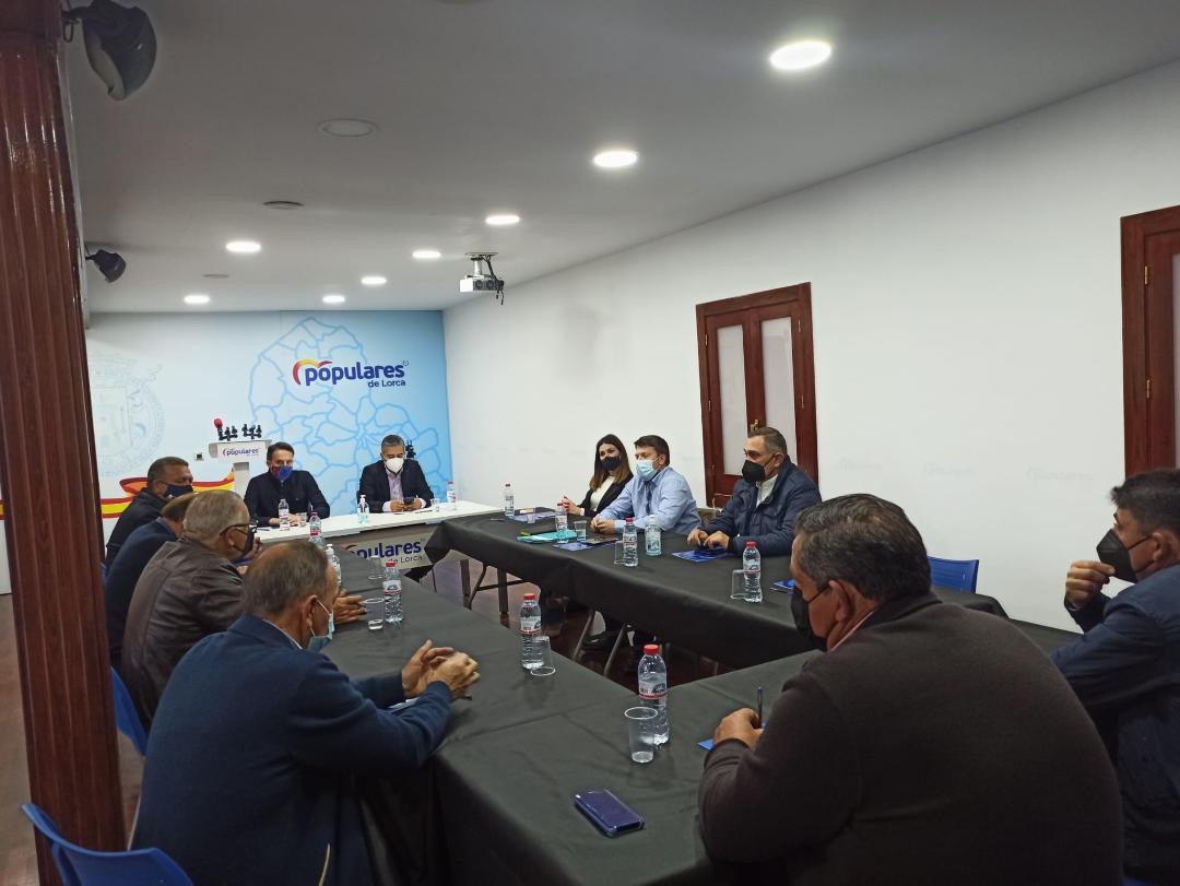 Fulgencio Gil 'trabaja' junto a los ganaderos del sector de vacuno de Lorca para agilizar la tramitación de las ayudas de la Política Agraria Común