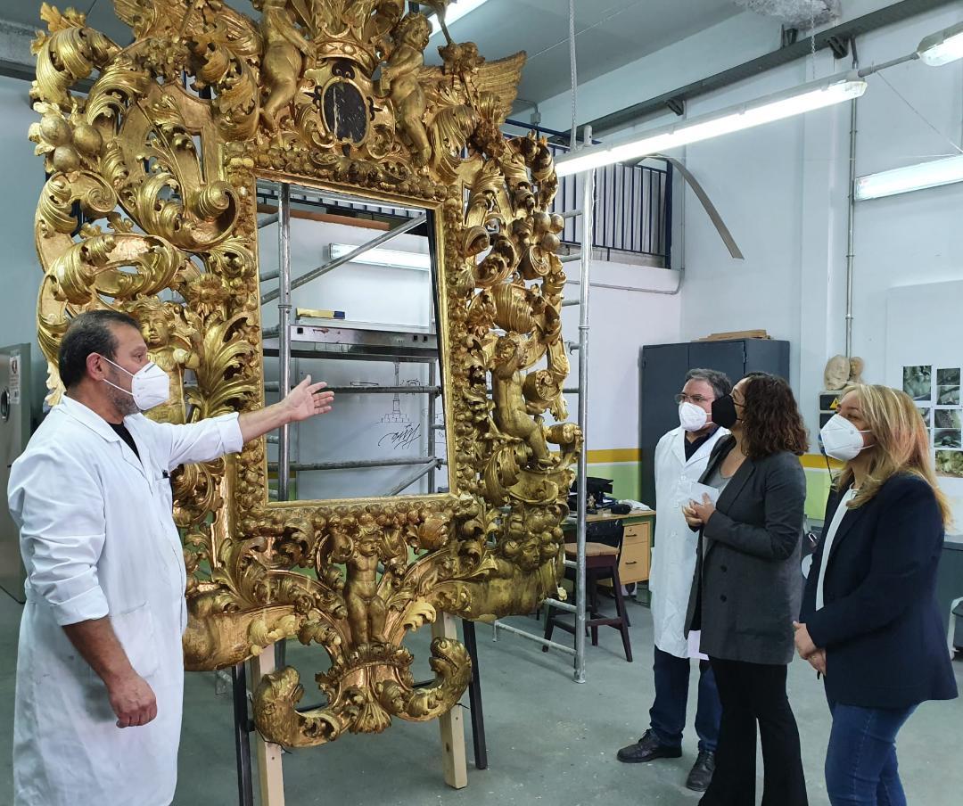 El Ayuntamiento de Lorca inicia la restauración del gran espejo barroco perteneciente al mobiliario original del Palacio de Guevara