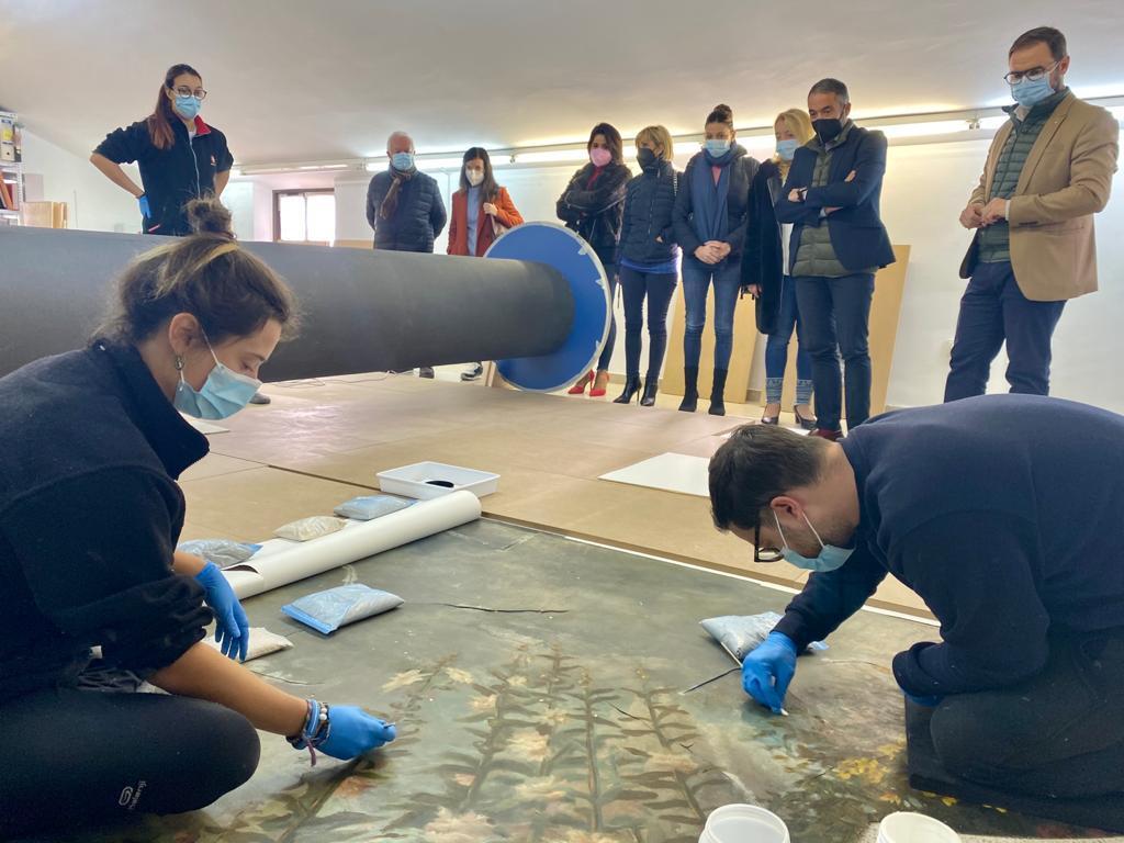 Continúan los trabajos para la restauración del lienzo del techo del salón de baile del Casino de Lorca y devolverle su esplendor original
