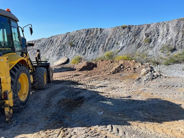 """La Concejalía de Medio Ambiente procede a la limpieza de un vertido incontrolado de 96 toneladas de escombros en las inmediaciones de la A-7 junto al INEM y al colegio """"Pilar Soubrier"""""""