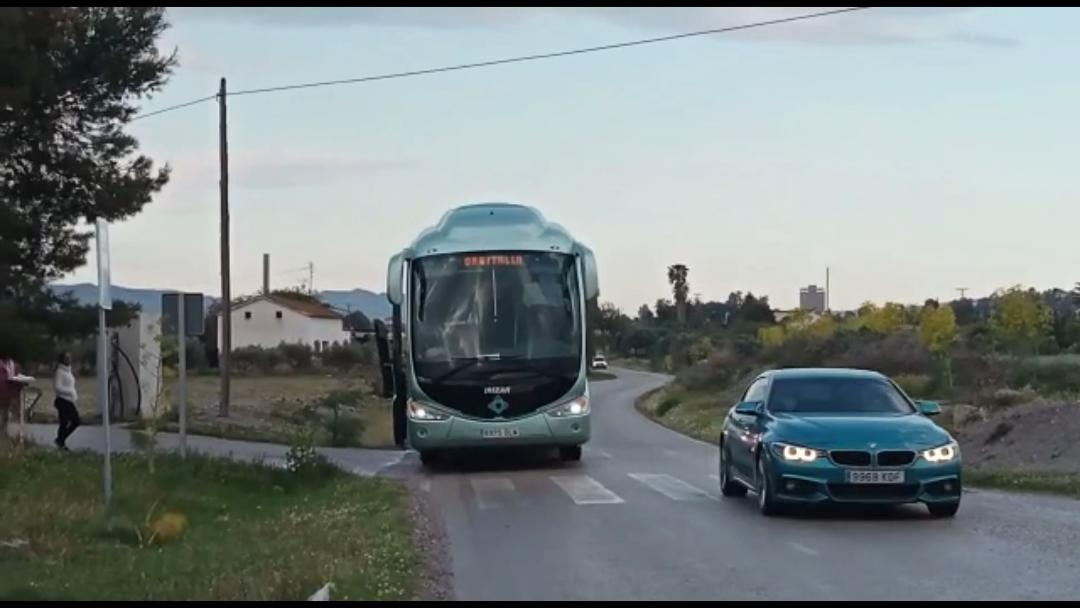 """El PP """"exige"""" la intervención del Ayuntamiento ante los problemas de inseguridad vial que sufren los escolares de La Torrecilla en las paradas de autobús"""