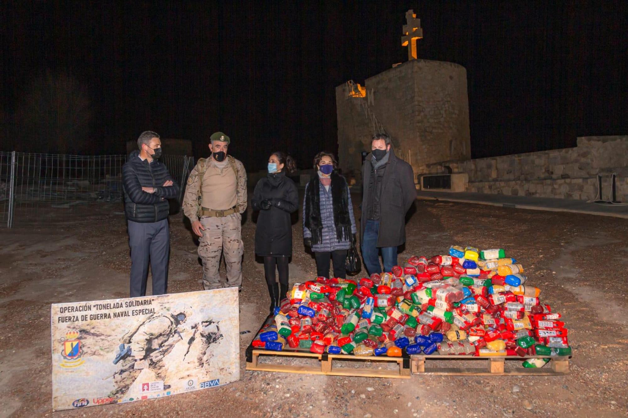 La Fuerza de Guerra Naval Especial hace entrega, en diferentes localidades del Camino de la Cruz, de una tonelada de alimentos a Cáritas