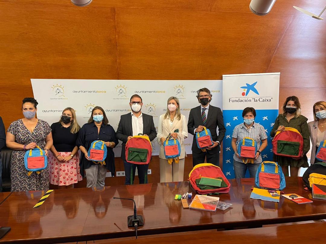 """Alumnos de Lorca en situación de vulnerabilidad han vuelto a clase con nuevo material escolar gracias a la Fundación """"la Caixa"""" y CaixaBank"""