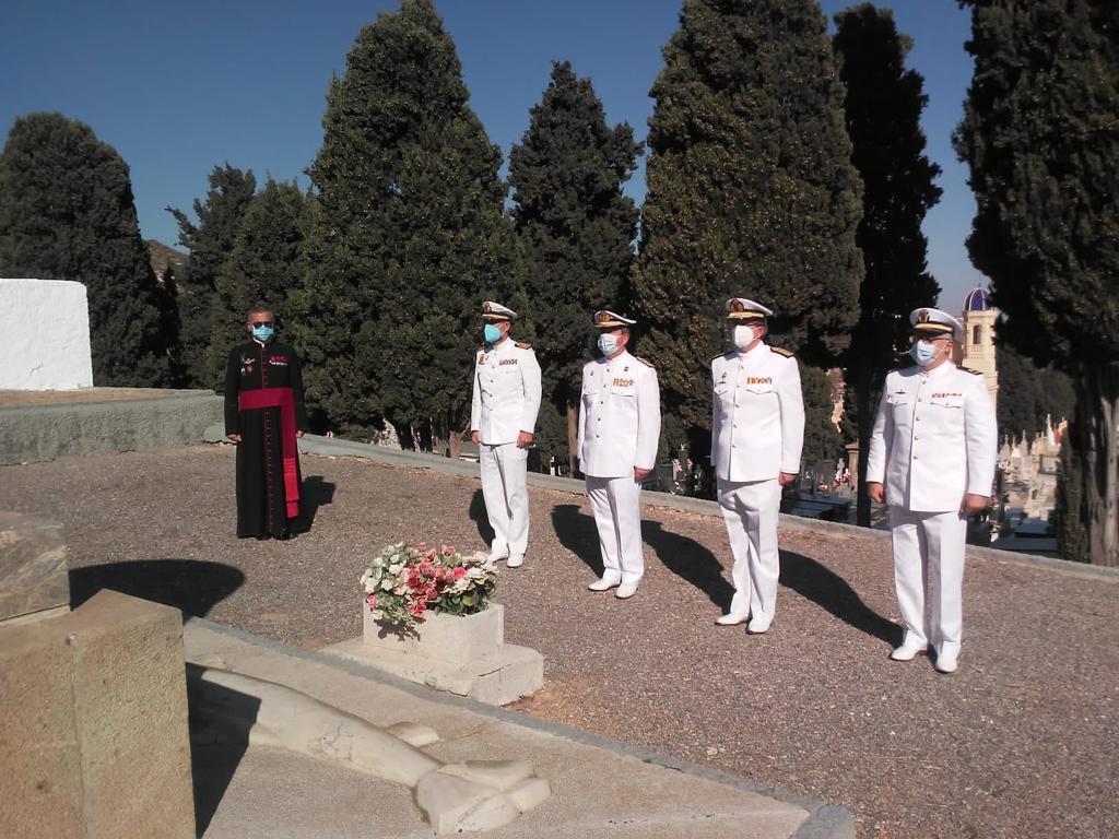 La Armada homenajea a los caídos y a Isaac Peral en el cementerio de Cartagena