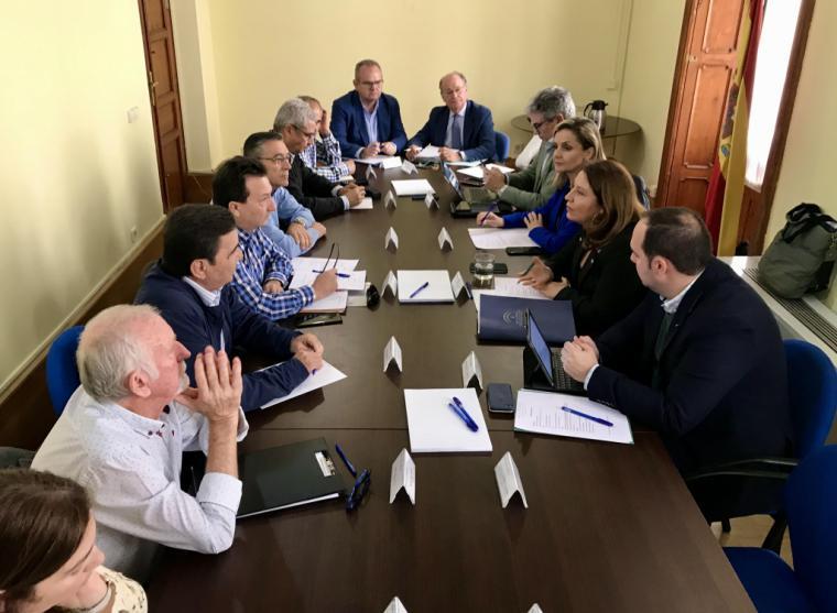 La Mesa del Agua de Almería expone a la consejera Carmen Crespo las necesidades de la provincia para este año