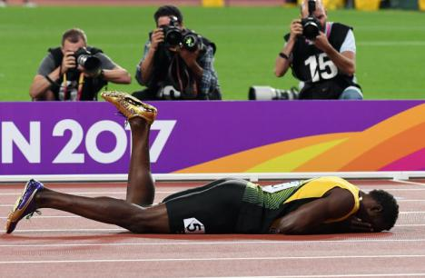 Usain Bolt se rompe en su última carrera.