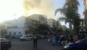 63 vecinos desalojados y ocho coches calcinados tras un incendio en Vélez- Málaga