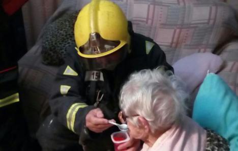 Los bomberos rescatan a una mujer de 94 años que llevaba horas en el suelo tras sufrir una caída