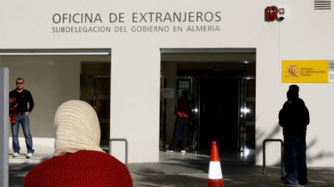 La Oficina de Extranjeros de Almería, deniega a una víctima de violencia de género la tarjeta de residencia y trabajo y le ordena abandonar el territorio nacional en el plazo de 15 días