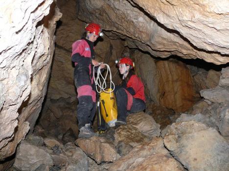 Unos espeleólogos de Villacarrillo encuentran restos oseos y varias piezas de cerámica en una cueva en la Sierra de Segura