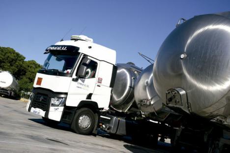 Un camión cargado de vino pierde 1.000 litros de combustible