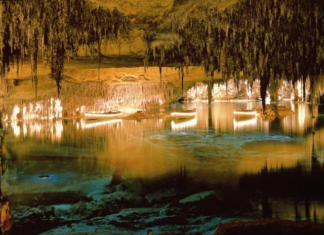 Gulpiyuri: la playa que aparece y desaparece, las Cuevas del Drach, el Nacedero del río Urederra y las Médulas de León, las montañas de oro.